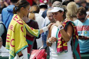 Mandy Minella qui réconforte son adversaire, Anna Tatishvili, contrainte à l'abandon. (Photo AP)