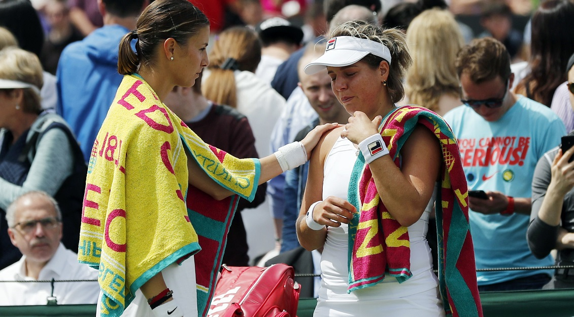 Mandy Minella qui réconforte son adversaire, Anna Tatishvili, contrainte à l'abandon. (Photo AP)