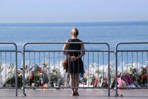 Un femme se recueille sur la promenade des Anglais, à Nice, le 19 juillet 2016. (Photo : AFP)