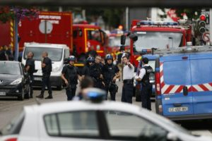 Policiers et pompiers arrivent sur les lieux d'une prise d'otage dans l'église de Saint-Etienne-du-Rouvray, le 26 juillet 2016. (Photo : AFP)