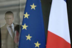 Le Premier ministre Manuel Valls quitte l'Elysée après un conseil de sécurité et de défense, le 22 juillet 2016. (Photo : AFP)