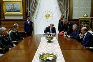 Le président turc Recep Tayyip Erdogan (c)rencontre le Conseil suprême militaire et le Premier ministre Binali Yildirim (2e d) le 28 juillet à Ankara. (Photo : AFP)