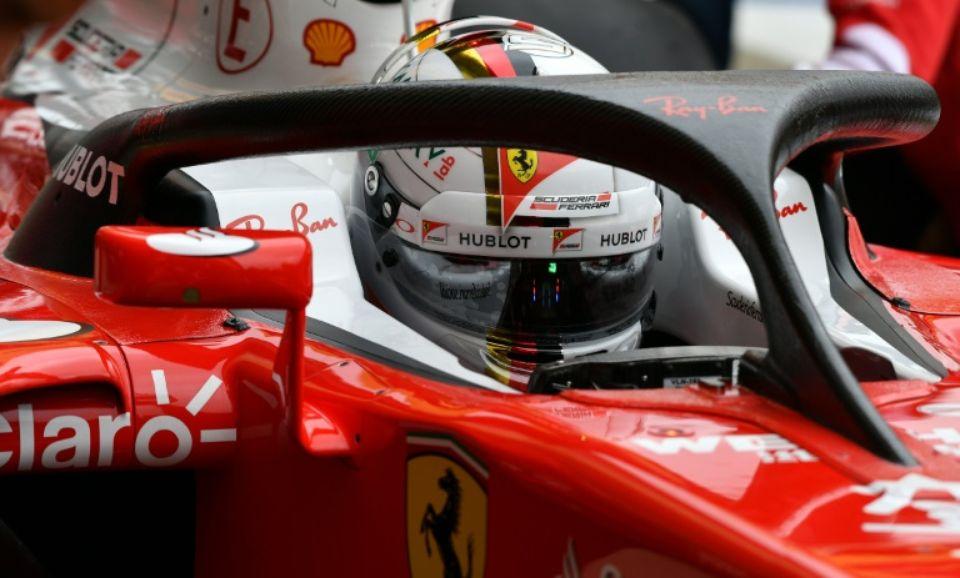 """La Ferrari de l'Allemand Sebastian Vettel, équipée du trépied en carbone """"halo"""" pour protéger le cockpits, lors d'une séance d'essais à Silverstone, le 8 juillet 2016. (Photo : AFP)"""