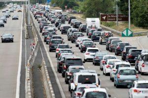 Embouteillages sur l'A7 l'Autoroute du soleil, près de Reventin-Vauguris (centre-est de la France), vers le sud, le 30 juillet 2016. (Photo : AFP)
