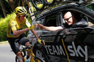 Chris Froome trinque au champagne durant la dernière étape, ce dimanche, avec le directeur de l'équipe Sky, Dave Brailsford. (photo AFP)