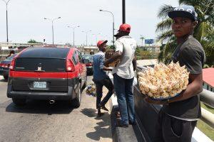 A Lagos, centre névralgique de la première puissance économique de l'Afrique, surpeuplé avec ses 20 millions d'habitants, les vendeurs de rue sont partout. (photo AFP)