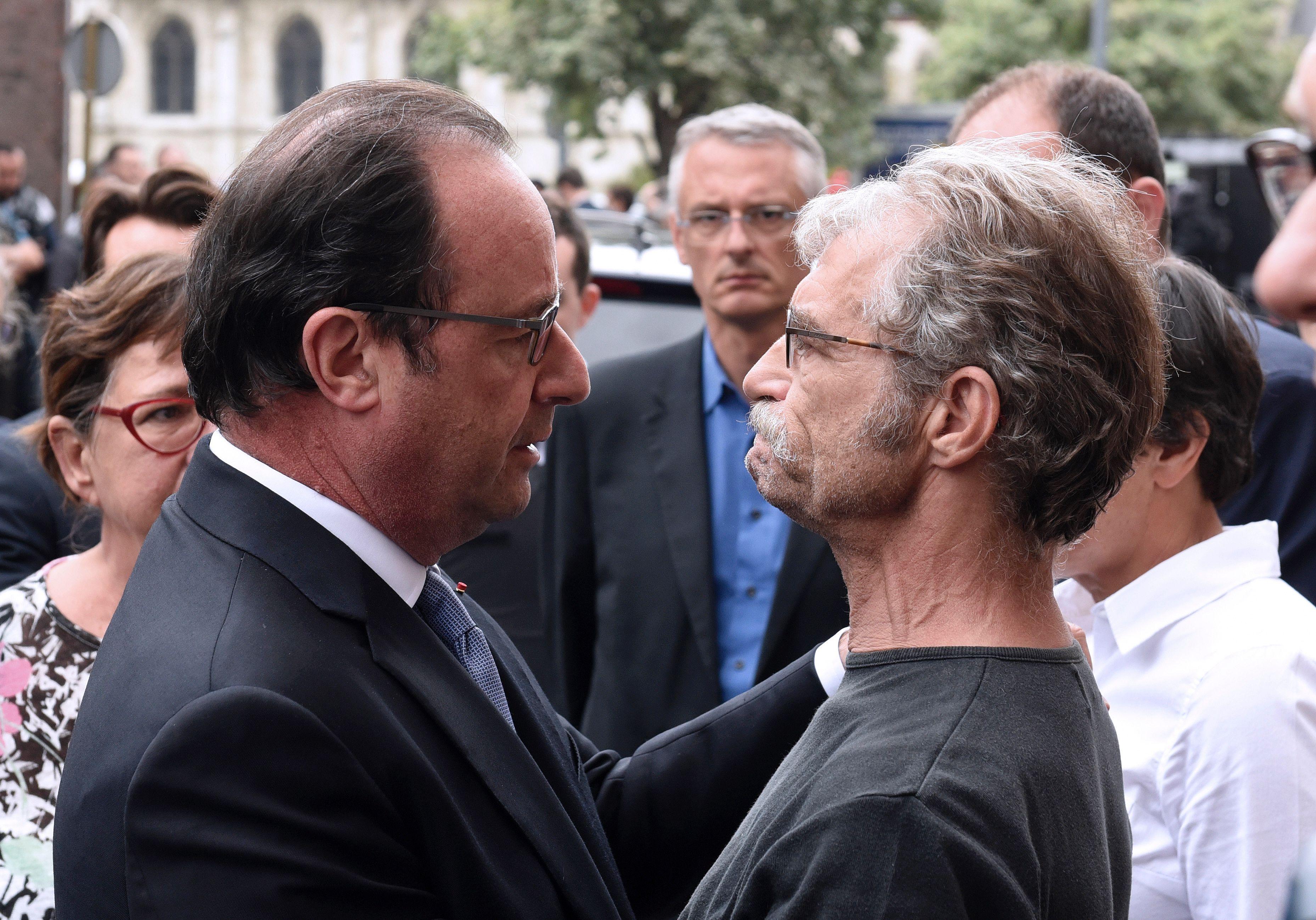 Francois Hollande avec le maire de Saint-Etienne-du-Rouvray,  Hubert Wulfranc, à son arrivée dans la commune ce 26 juillet. (photo AFP)