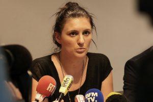 La policière municipale de Nice, Sandra Bertin, lors d'une conférence de presse, ce dimanche 24 juillet. Elle affirme avoir subi des pressions de la part du ministère de l'Intérieur pour modifier son rapport sur le dispositif de sécurité le soir du 14 juillet. (photo AFP)