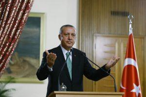 """""""Ce qu'ils disent ne m'intéresse pas et je ne les écoute pas"""" Le président turc préfère ignorer les accusations de dérive autoritaire émises par de nombreux dirigeants européens. (photo AFP)"""