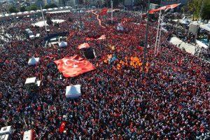 Des milliers de Turcs ont envahi dimanche la place Taksim à Istanbul, dimanche soir. (photo AFP)