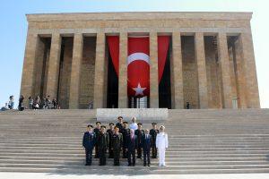 Le Premier ministre Binali Yildirim et les membres du Conseil suprême militaire turc (YAS), ce 28 juillet devant le mausolée d'Ataturk. (photo AFP)