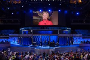 Hillary Clinton s'est exprimée dans une vidéo retransmise en direct dans la salle accueillant la convention démocrate à Philadelphie. (photo AFP)