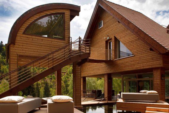 Dans un cadre exceptionnel en pleine nature, l'hôtel et le spa (à gauche une cabine de sauna) font la part belle au bois. (photo La Cheneaudière)