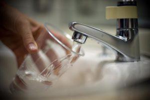 Les restrictions concernant la consommation d'eau demeurent dans plusieurs communes du pays. (photo AFP)
