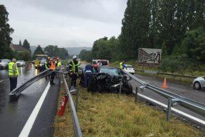 La voiture s'est encastrée sur une glissière de sécurité. (photo RL)