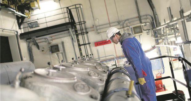 Un technicien observant l'un des diesels de secours de la centrale de Cattenom. L'état de ces immenses groupes électrogènes fait polémique. (photo EDF)