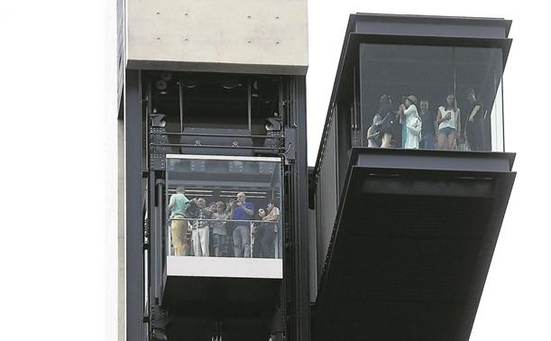 Il y avait foule, vendredi, pour tester le nouvel ascenseur. (photo Isabella Finzi)