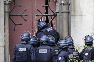 Deux forcenés ont pris en otage le curé, deux sœurs et plusieurs fidèles dans l'église de la ville. (Illustration : AFP)