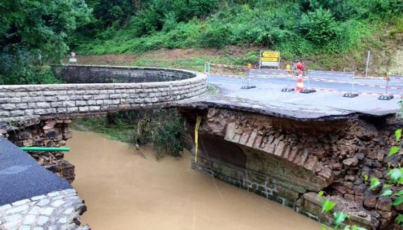 Suite à l'effondrement d'un pont à Hessemillen, la liaison routière entre Bettendorf et Eppeldorf  est coupée. (photo Twitter / Fränz Friederes)