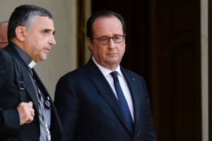 Mgr Lebrun, ici avec le président français François Hollande, après leur entretien ce mardi à la suite de l'attaque terroriste dans une église près de Rouen. (photo AFP)