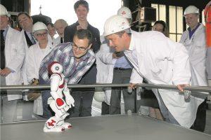 Lors de sa visite au Luxembourg Science Center, Xavier Bettel a pu échanger avec le robot Nao. (photo JC Ernst)