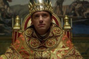 """Les stars de cinéma se pressent de plus en plus dans les séries télé, comme ici Jude Law dans """"The Young Pope"""", nouvelle fiction très attendue. (Capture YouTube)"""