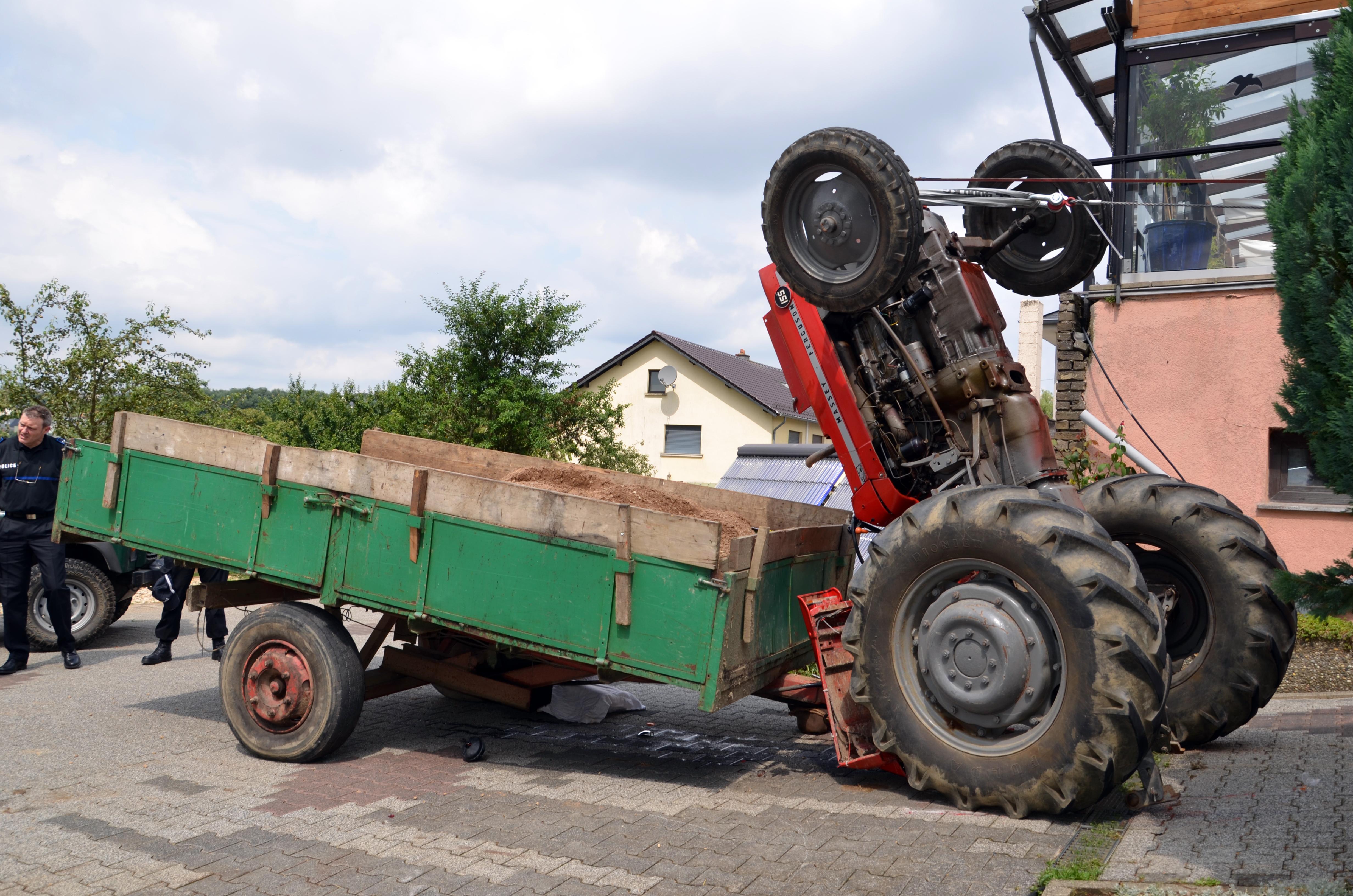 L'homme se trouvait au volant de son tracteur lorsque celui-ci a basculé en arrière. (photo police grand-ducale)