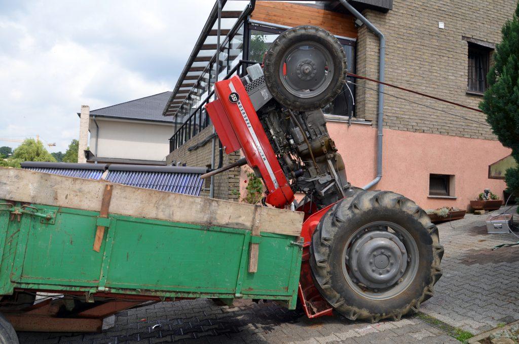 Un tracteur bascule le conducteur entre la vie et la mort - Image de tracteur ...