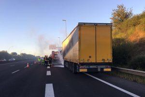 L'incendie du poids lourd a pu être rapidement maîtrisé par les secours venus de Dudelange et Bettembourg. (Photos Centre d'intervention de Bettembourg)