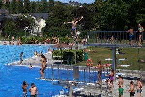 Une vague de chaleur qui donne un bon prétexte pour se baigner, comme ce mardi après-midi à la piscine de Remich. (Photo Editpress/Didier Sylvestre)