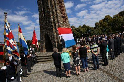 Un moment de recueillement a été observé devant le Monument de la Grève nationale, à Wiltz, ce mercredi matin. (photo Didier Sylvestre)