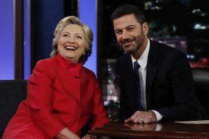 Invitée sur le plateau du Jimmy Kimmel Live, Hillary Clinton s'est volontiers prêté au jeu des questions loufoques du célèbre animateur. (Photo AP)