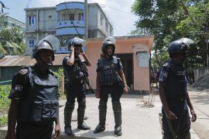 Des échanges de tirs ont opposé pendant une heure les policiers aux jihadistes retranchés dans une cache à Narayanganj, une localité à 25 km au sud de Dacca. (Photo AP)