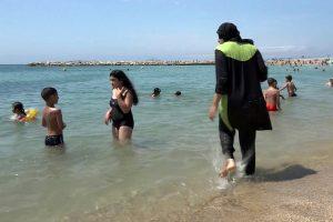 Le maire du Touquet argue que se baigner avec des vêtements peut présenter un danger en cas de difficultés dans l'eau. (Photo AP)
