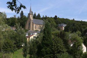 Malgré les explications du ministre de l'Intérieur, l'église n'est toujours pas de retour au milieu du village aux yeux du Syfel et du Syvicol. (illustration Editpress/Didier Sylvestre