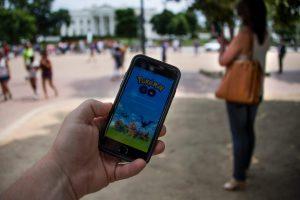Pokémon Go permet d'accéder aux données personnelles des utilisateurs, posant la question de leur sécurité. (Photos AFP et JZ)