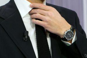 L'été, en entreprise, on peut desserrer le nœud de cravate, mais pas pour autant tomber la chemise. (illustrations AFP et Jean-Claude Ernst)