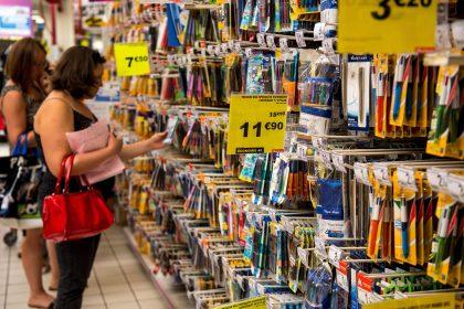 Une question délicate se pose à l'heure d'affronter la corvée : faire les achats des fournitures scolaires avec ou sans les enfants. Cette dame a choisi. (photo AFP)