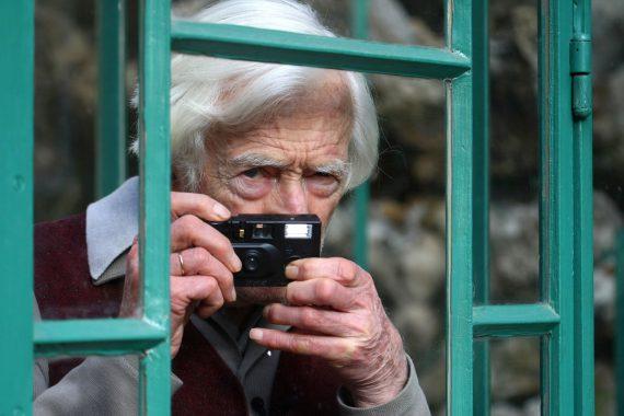 Marc Riboud, ici en mars 2009,  faisait partie de ces quelques photographes aux clichés mondialement connus. (photo AFP)