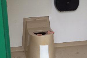 Le jeune homme était enfoncé dans la fosse septique jusqu'au cou. Il a fallu découper les toilettes à la tronçonneuse pour le libérer. (Photo AFP)