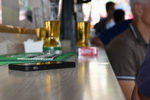 On prend un verre, on discute et on oublie son smartphone sur le comptoir. (illustration police grand-ducale)