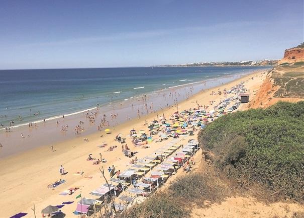 La mer cristalline se joint à un décor unique en Algarve, comme on peut le constater ici sur la célèbre Praia de Falésia, située entre Vilamoura et le petit village d'Olhos de Agua. (Photo David Marques)