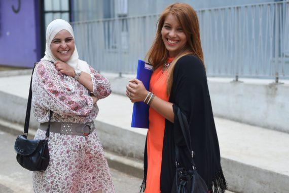 """Fatiha (à droite), 29 ans, se bat pour que ses deux enfants aient la même """"chance"""" dans leur quartier populaire de Montpellier. (photo AFP)"""