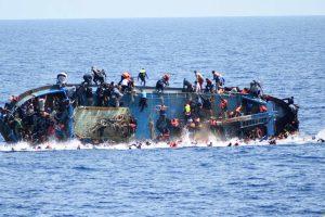 Image d'un navire de migrants en train de chavirer au large de la Libye, une photo prise le 25 mai 2016 par la marine italienne. (photo AFP)