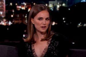 """Devoir dire """"bonjour"""" à des vendeurs dans les magasins à Paris, quelle horreur pour Natalie Portman ! (Capture vidéo YouTube)"""