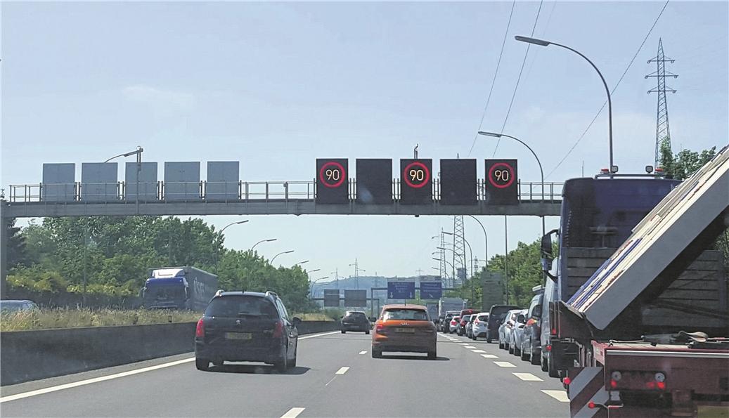 Le seuil d'alerte pollution ayant été dépassé, la vitesse est réduite sur les autoroutes. (illustration Editpress)