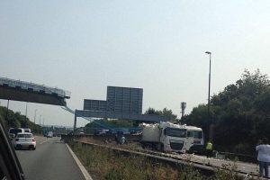 Peu après l'accident, des véhicules continuaient de passer sous la partie du pont demeurée intacte, suspendue au-dessus de la chaussée. (Capture vidéo)