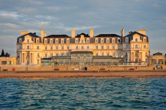 Les pieds dans l'eau et à deux pas du cœur historique de Saint-Malo, le Grand Hôtel des Thermes constitue un véritable havre de paix. (Photo : Grand Hôtel des Thermes)