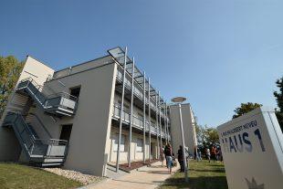 Vingt-huit chambres meublées ont été aménagées dans le bâtiment rénové. (Photo Julien Garroy)