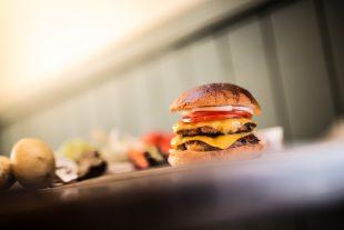 Le double cheeseburger est à conseiller aux gourmands ou aux gros appétits. (Photo DR/Adrien Daste)